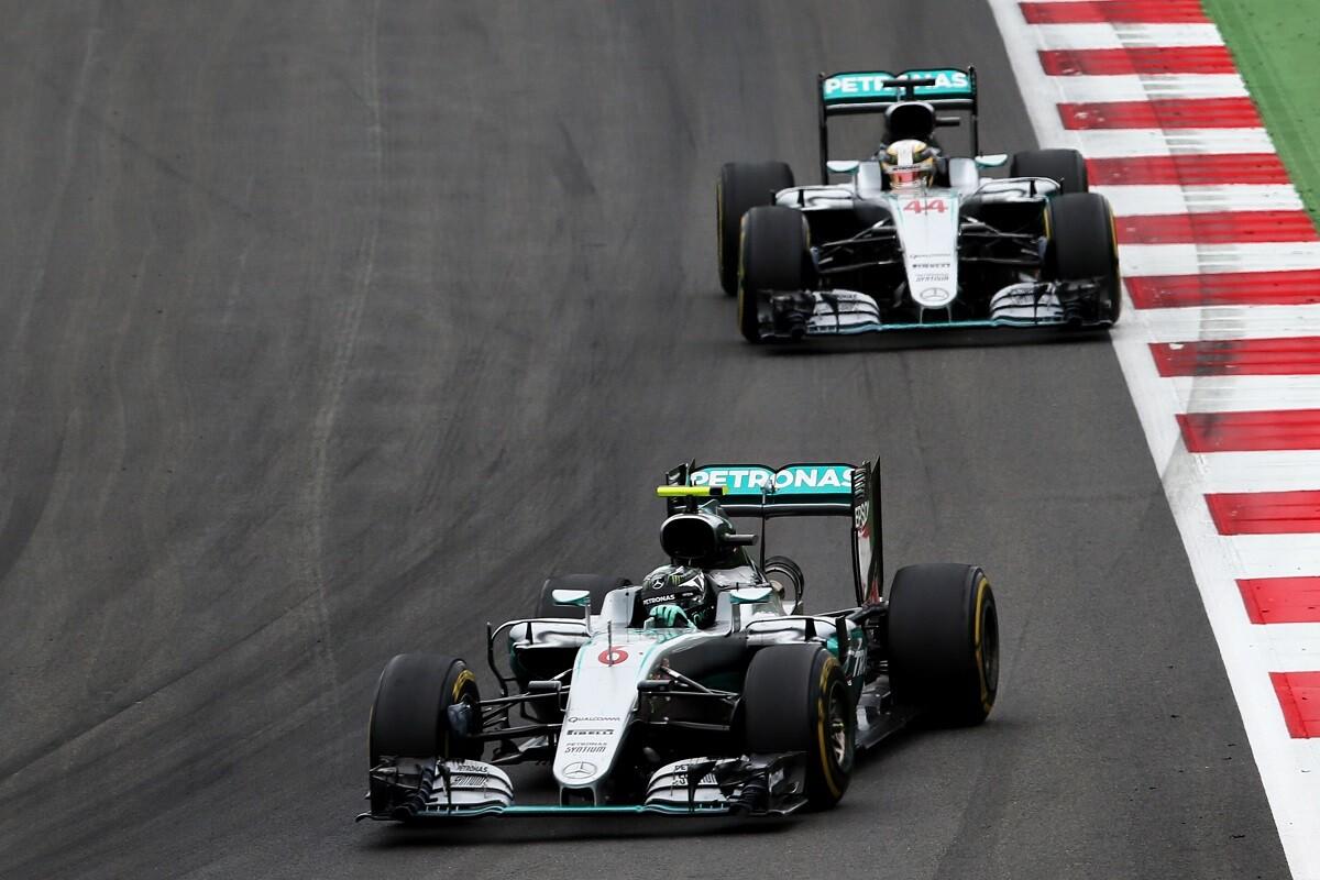 Mercedes pierde mucho tiempo en gestionar la rivalidad de sus pilotos