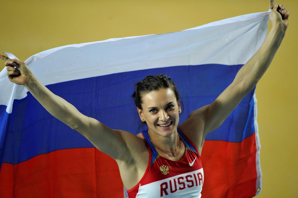 Yelena Isinbayeva con la bandera rusa