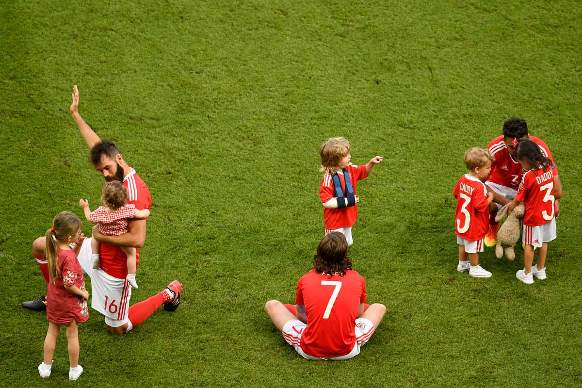 Jugadores de Gales con sus hijos