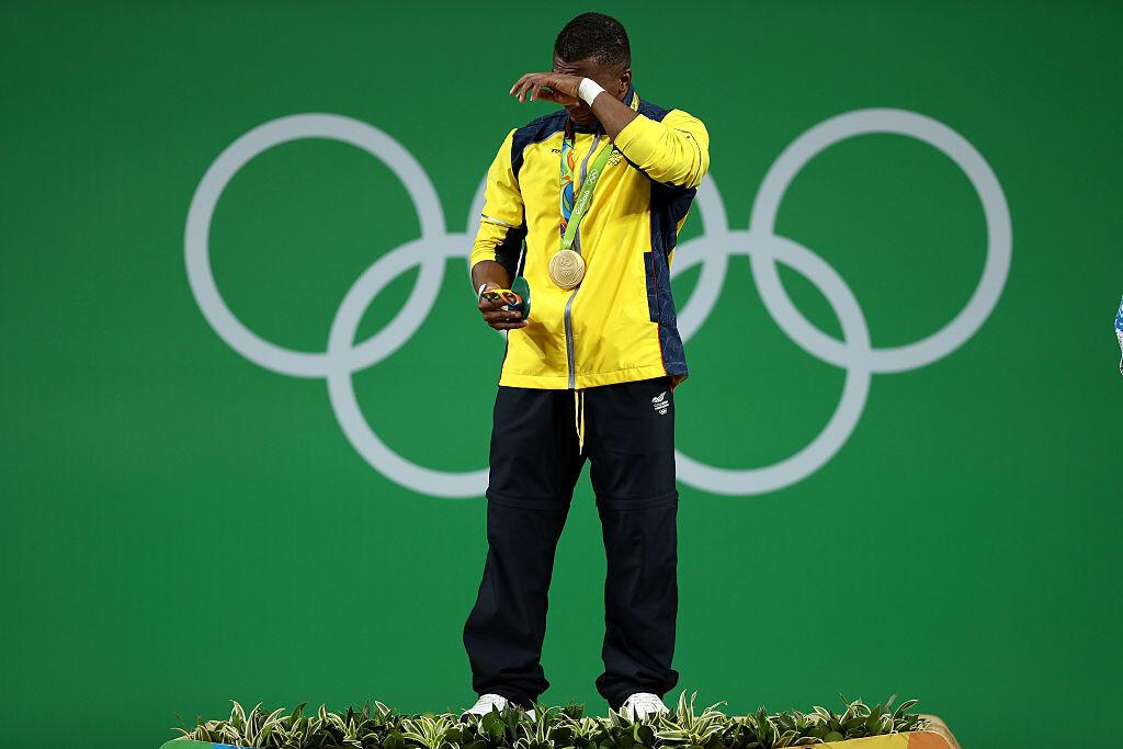 Óscar figueroa celebrando la medalla de oro en levantamiento de pesas