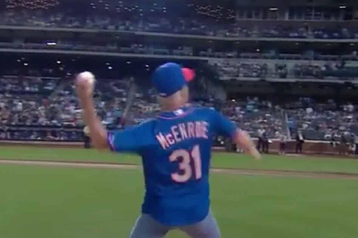 John McEnroe hace el saque de honor en un partido de la MLB