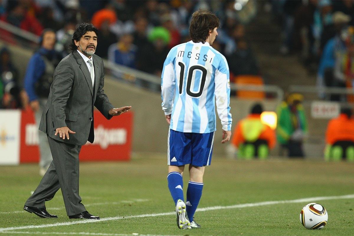 Maradona y Messi, en un partido de Argentina