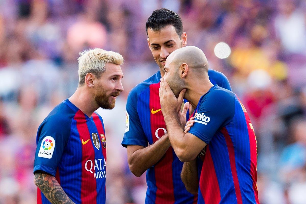 Messi, Mascherano y Busquets charlan durante un partido del Barcelona