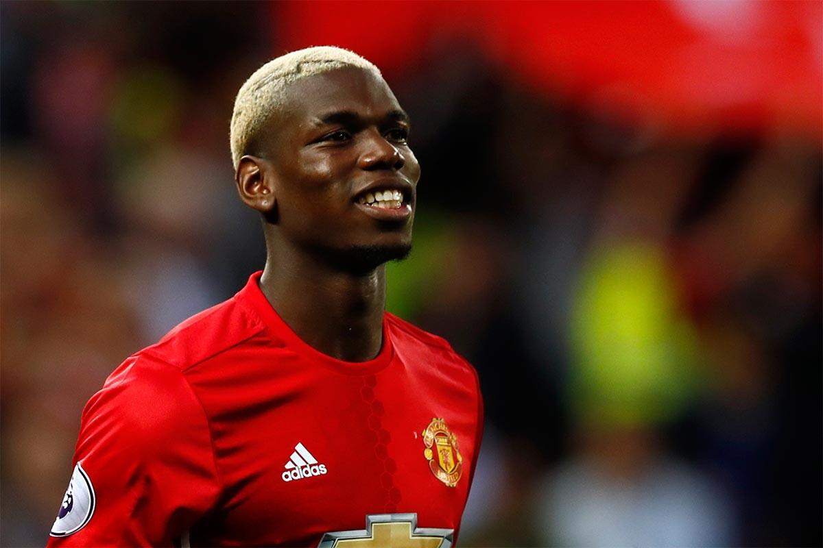 El jugador del Manchester United está siendo increpado por sus ...