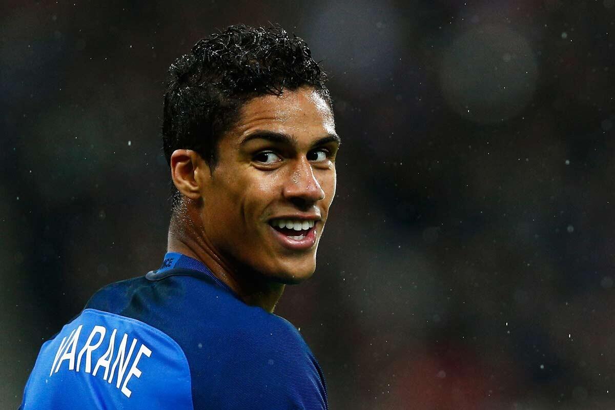 Raphael Varane interesa al United