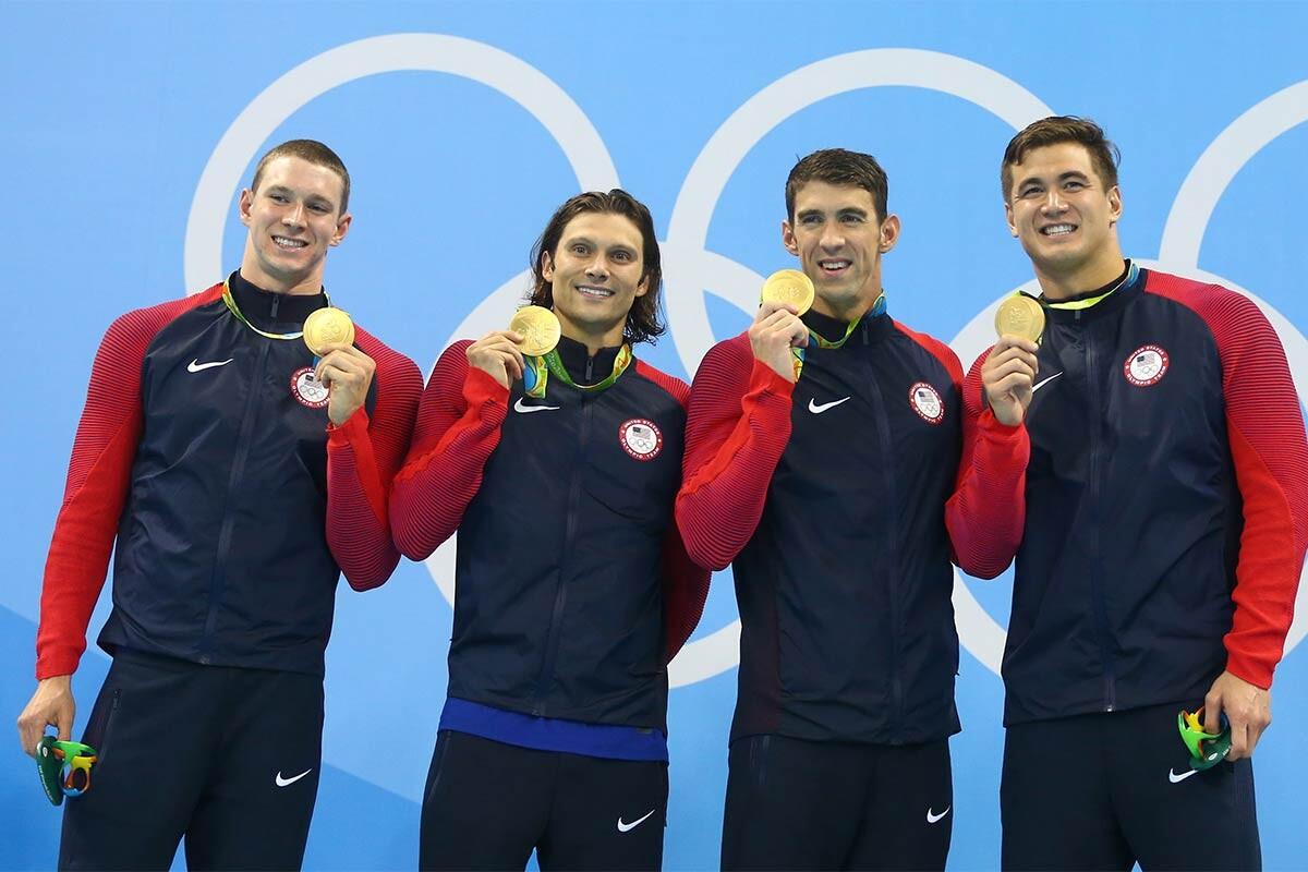 El equipo estadounidense del relevo 4x100 estilos en natación