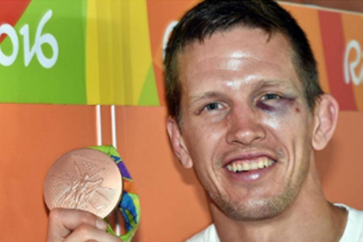 Dirk Van Tichelt luce su medalla de bronce y su ojo morado
