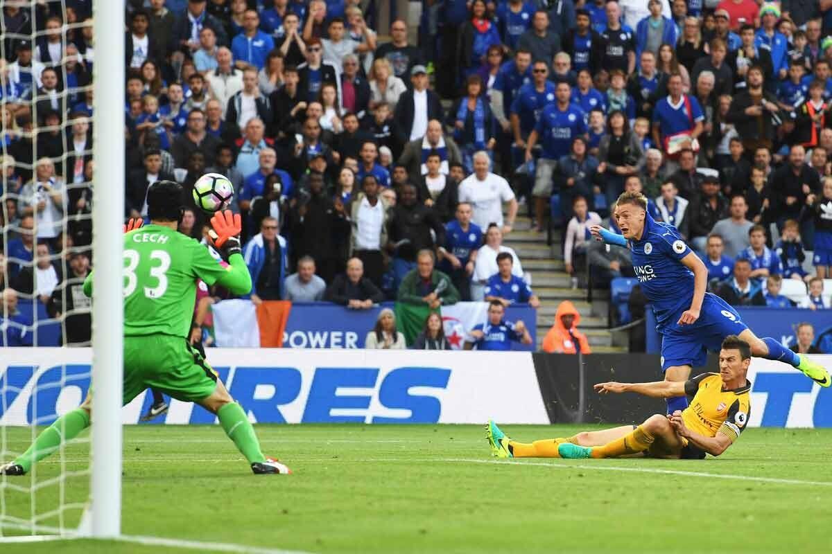 Vardy, del Leicester, frente a Koscielny y Cech, del Arsenal