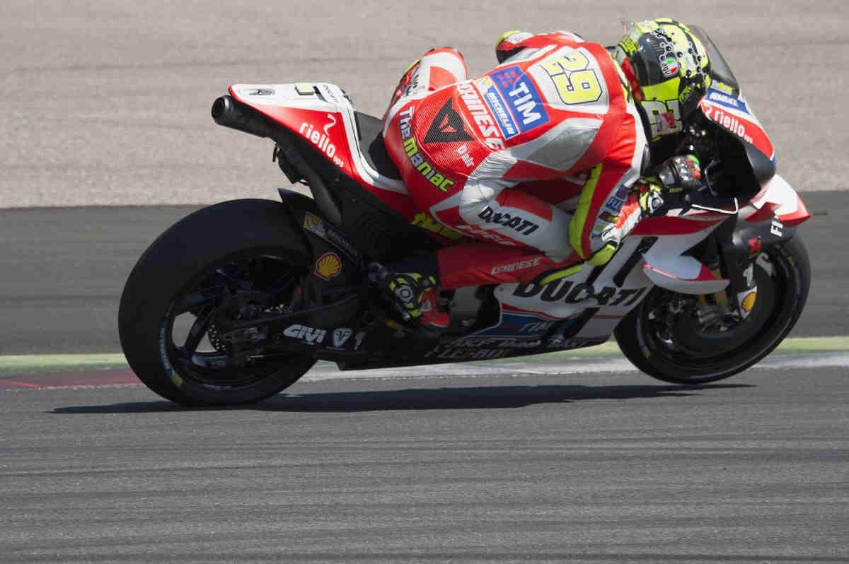 Andrea Iannone consigue la pole in extremis en MotoGP