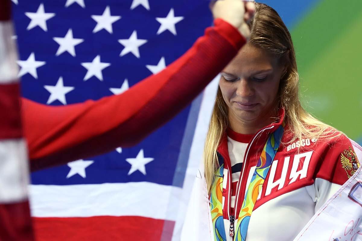 Yulia Efimova en el podio de los 100 braza