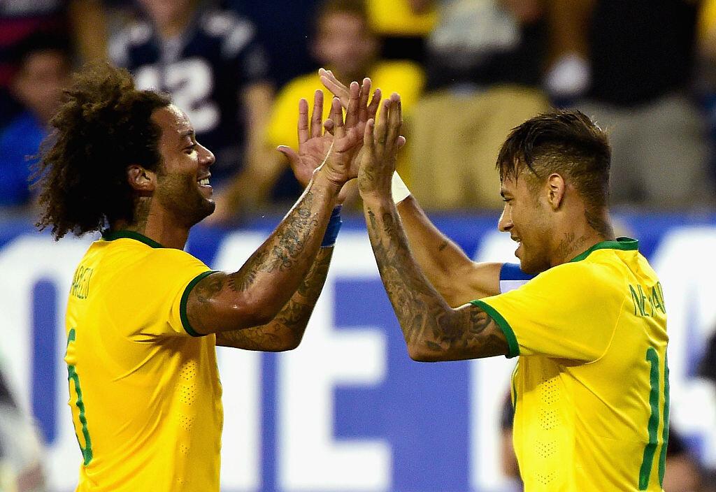 Marcelo y Neymar celebran un gol de Brasil
