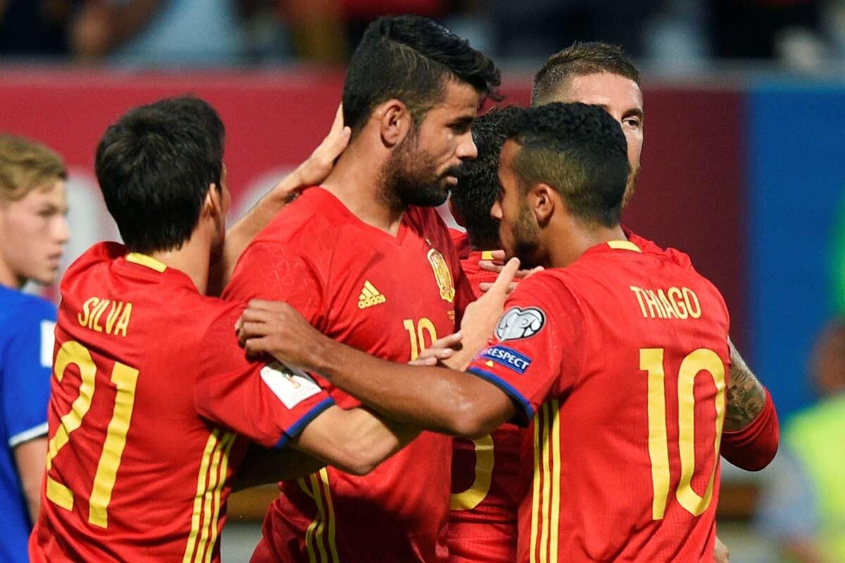 Diego Costa celebra con España