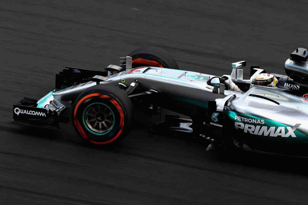 Mercedes domina en los libres de Sepang y Alonso mejora