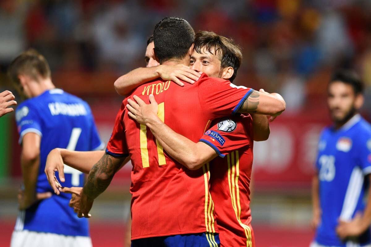 David Silva y Vitolo celebran un gol