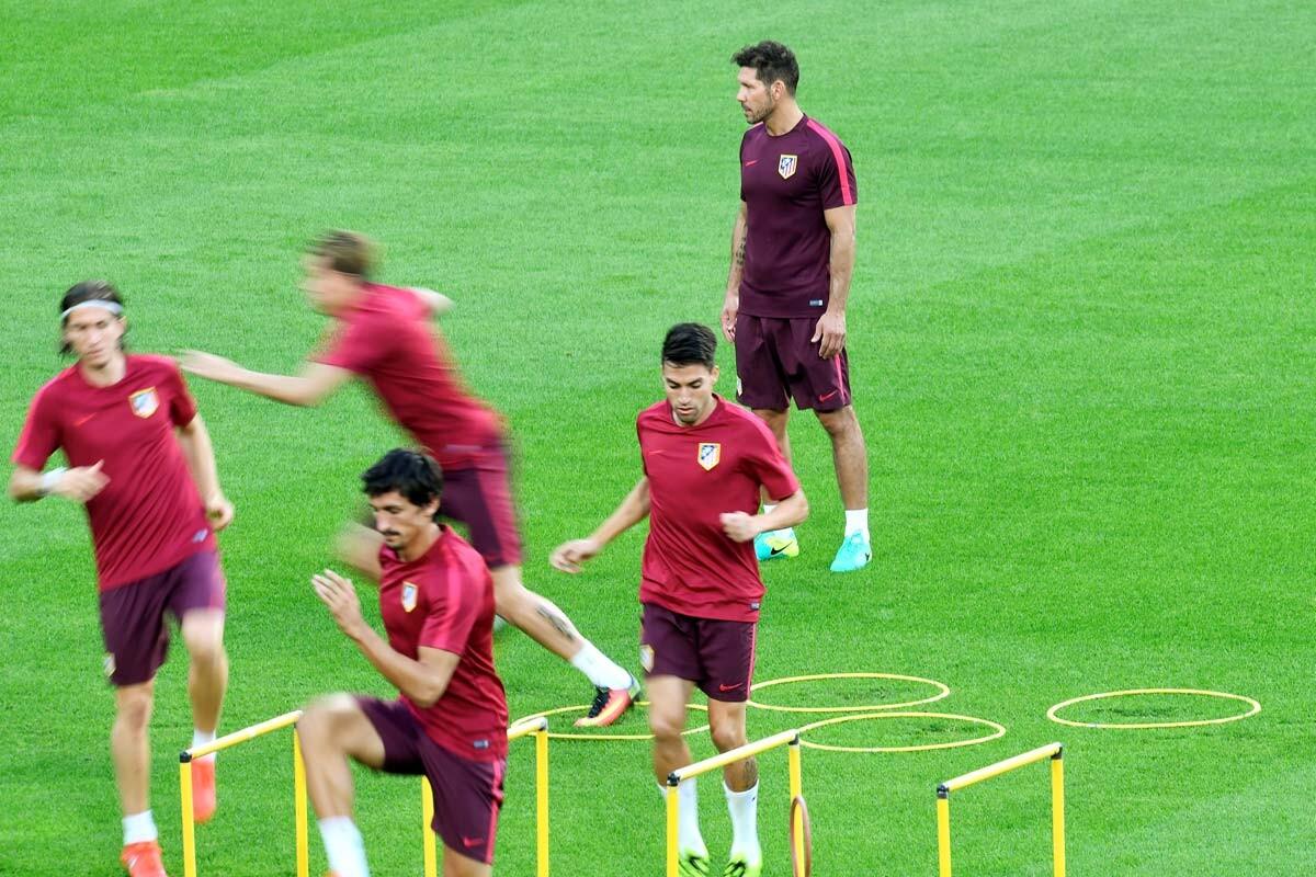 Diego Pablo Simeone dirige un entrenamiento
