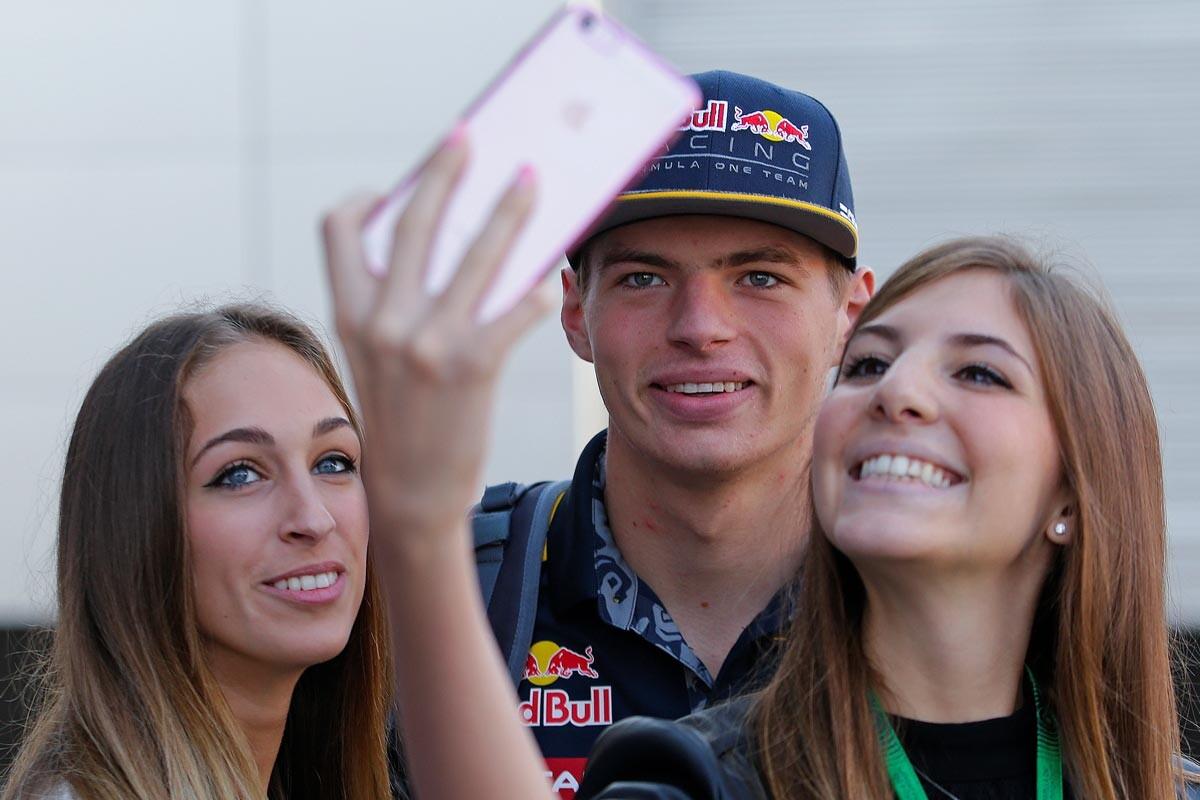 Max Verstappen posa con dos fans