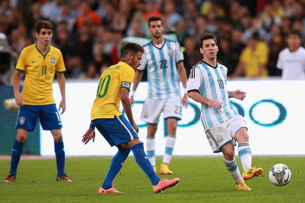 Neymar y Messi disputando un balón con sus selecciones