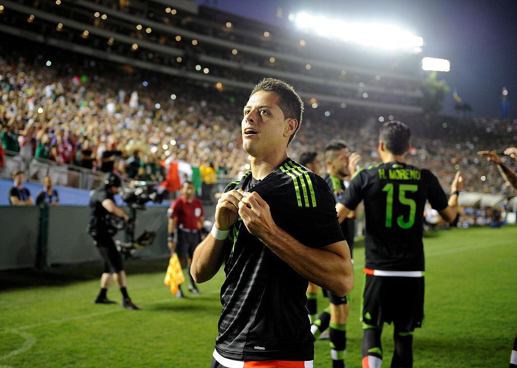 Chicharito celebrando un gol con México