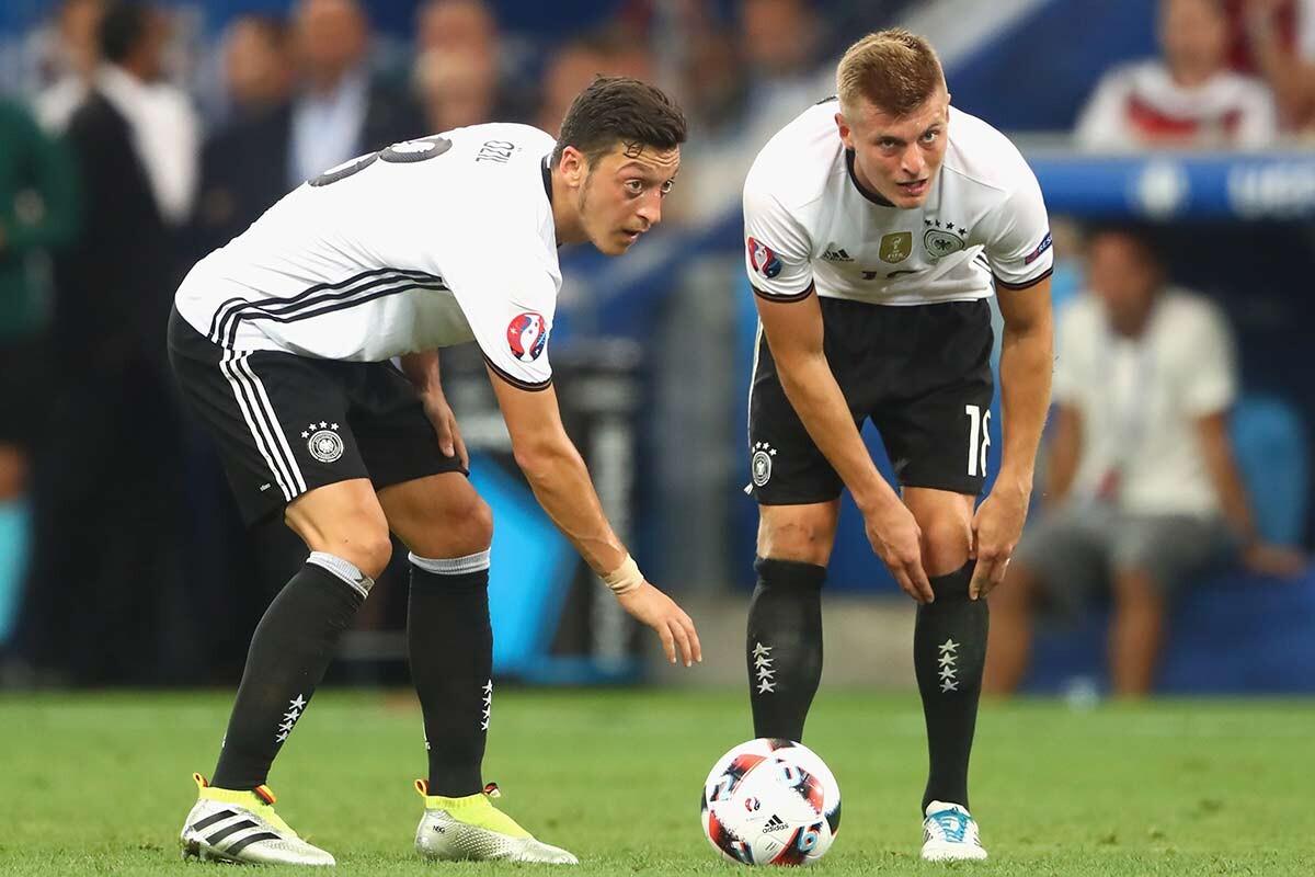 Mesut Özil y Toni Kroos, con la selección de Alemania