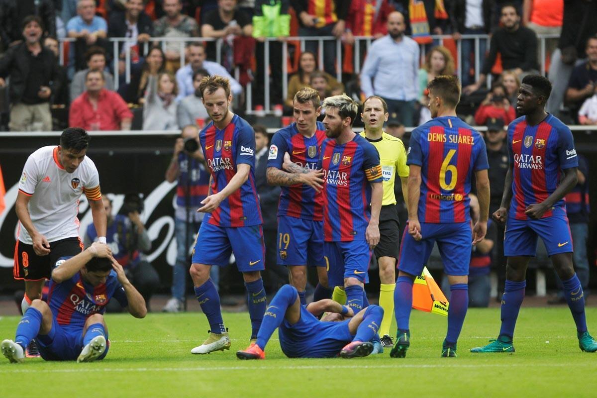 Botellazo a Neymar en el Valencia-Barcelona