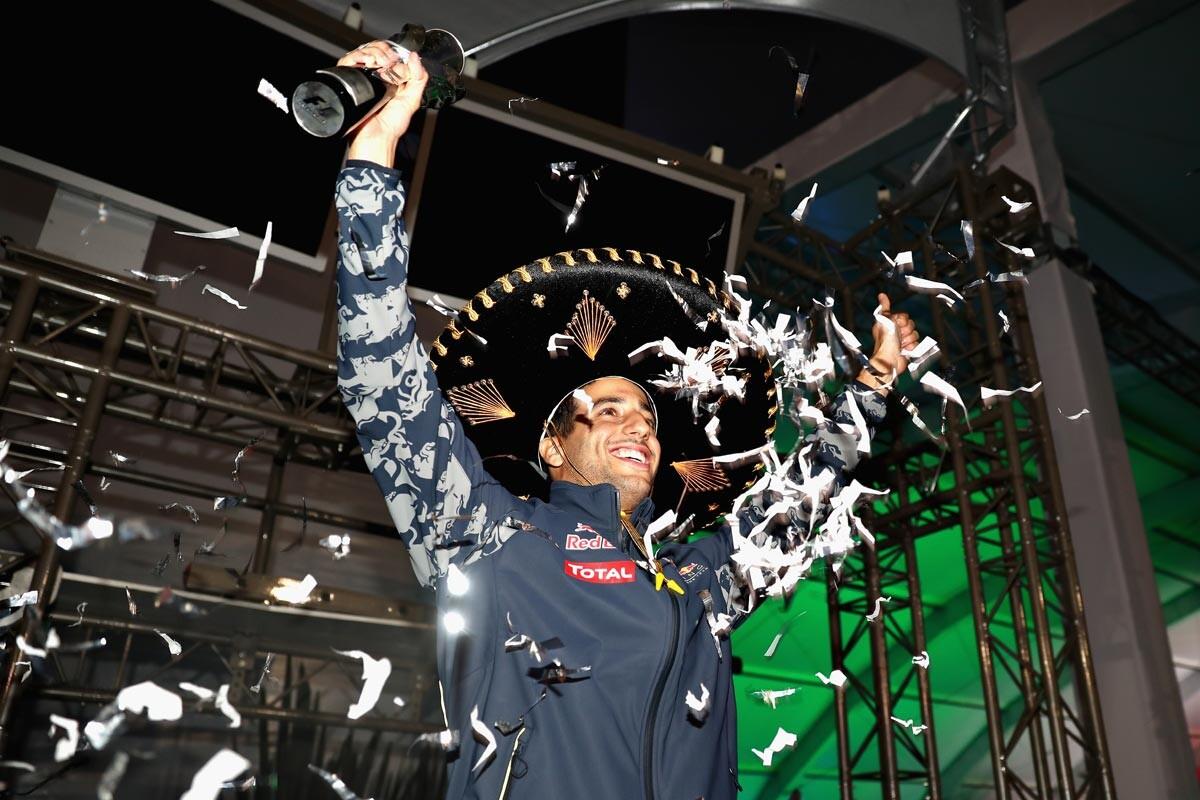 Daniel Ricciardo celebra el podio de México