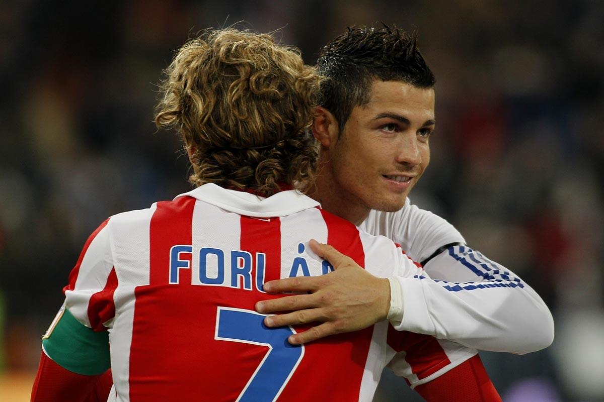 Forlán y Cristiano Ronaldo se saludan