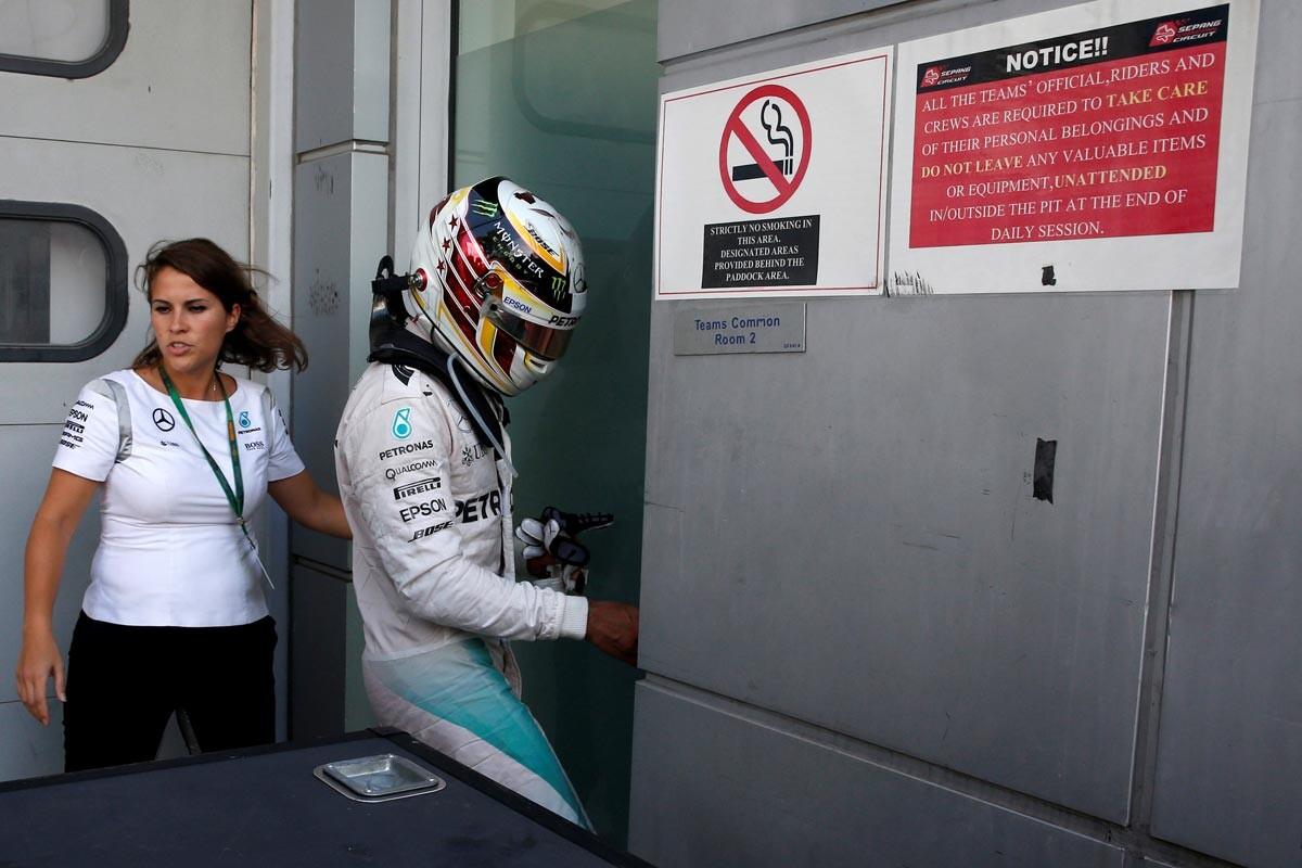 Lewis Hamilton se reúne con sus mecánicos