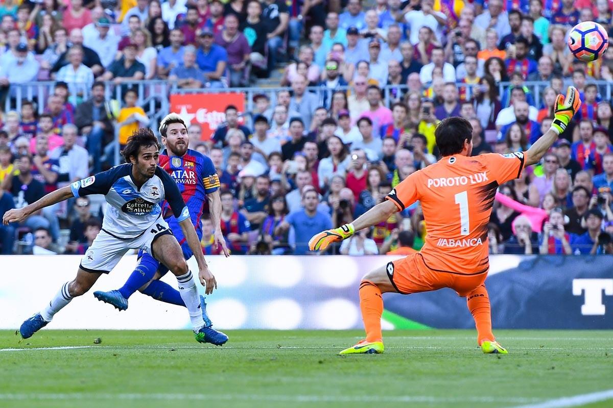 Leo Messi marca ante el Deportivo
