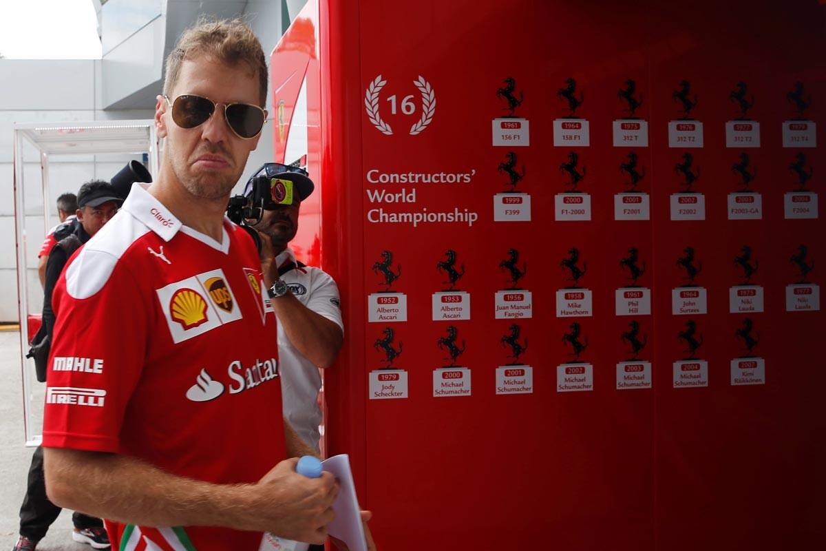Sebastian Vettel entra en el motorhome de Ferrari