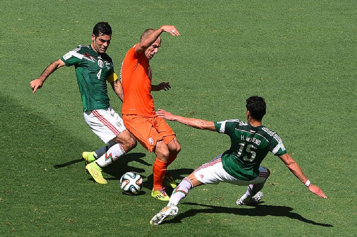 Rafa Márquez y Héctor Moreno defendiendo ante Arjen Robben