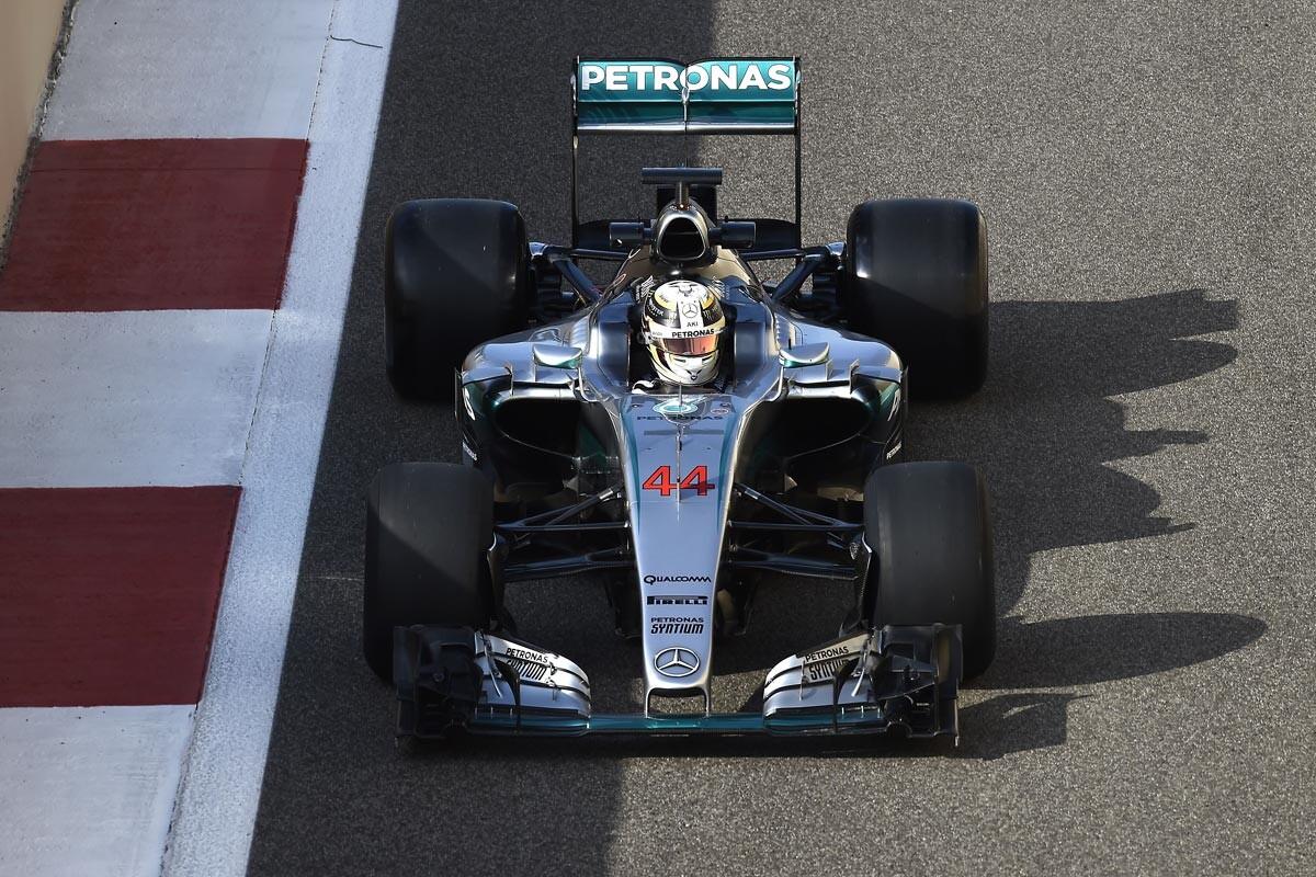 Lewis Hamilton, probando con los Pirelli 2017