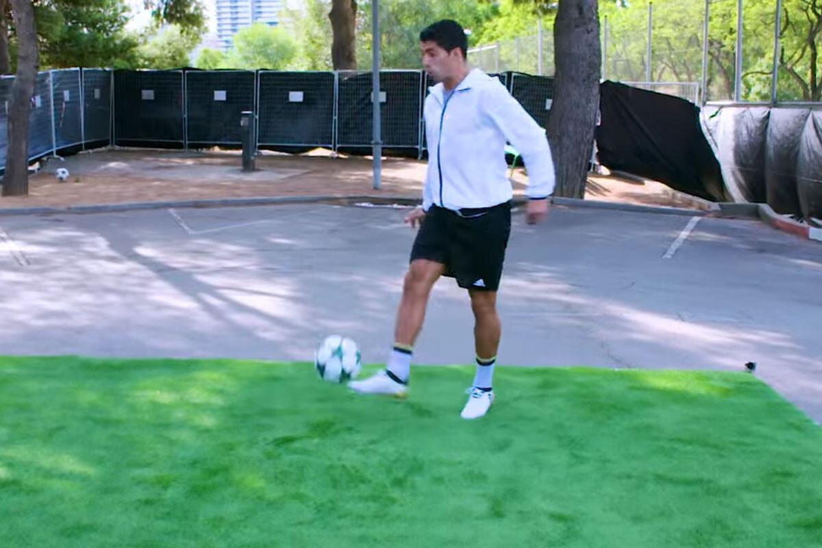 Luis Suárez controla un balón