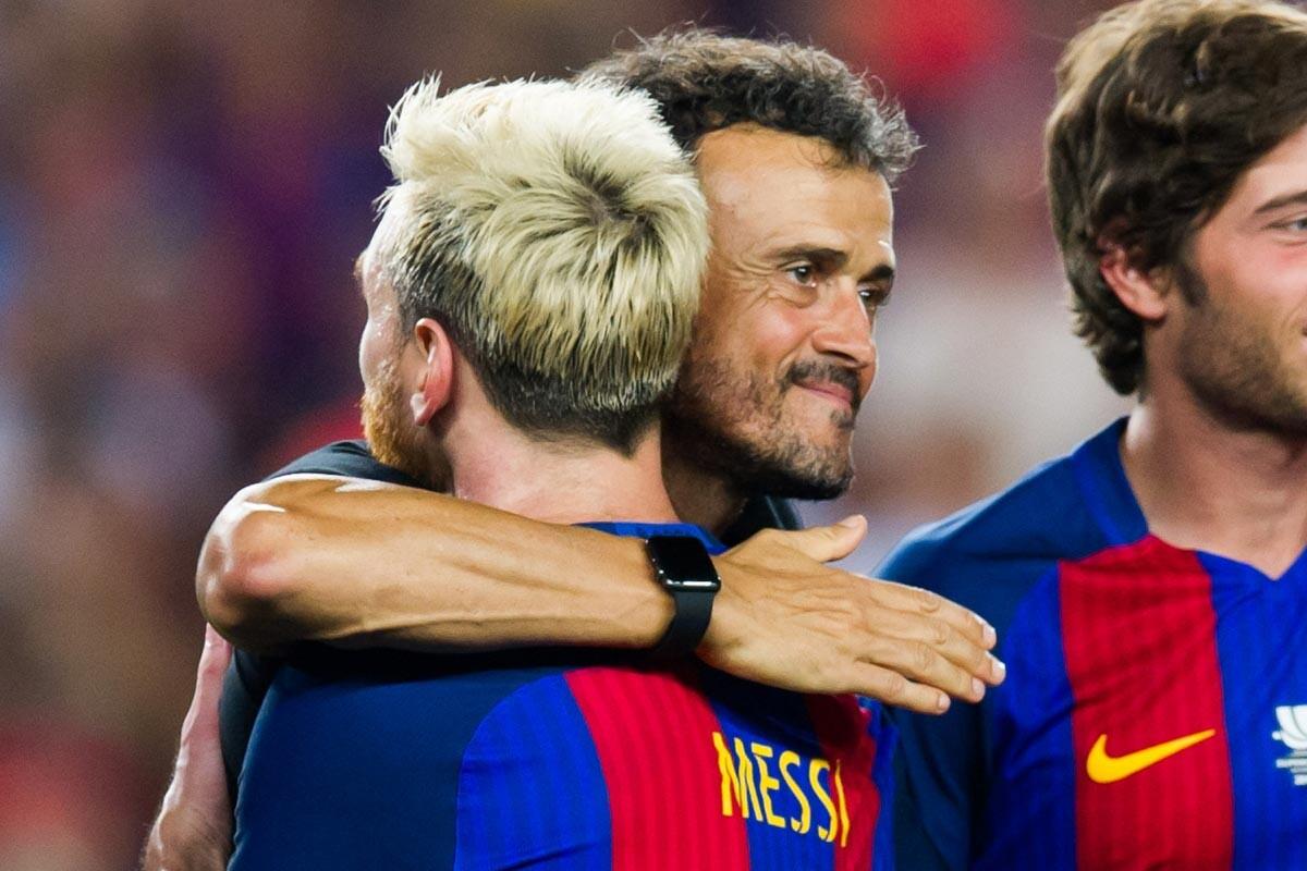 Luis Enrique y Messi se abrazan