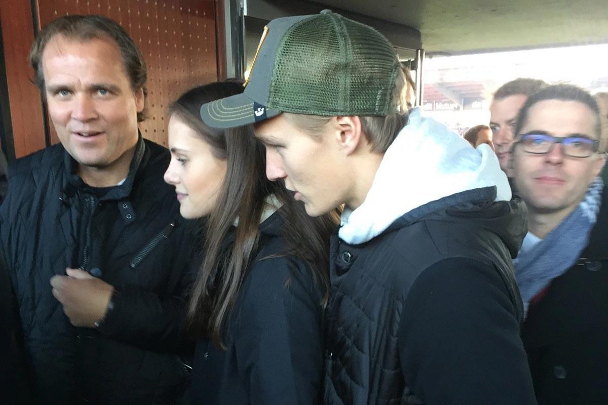 Odegaard viendo al Rennes