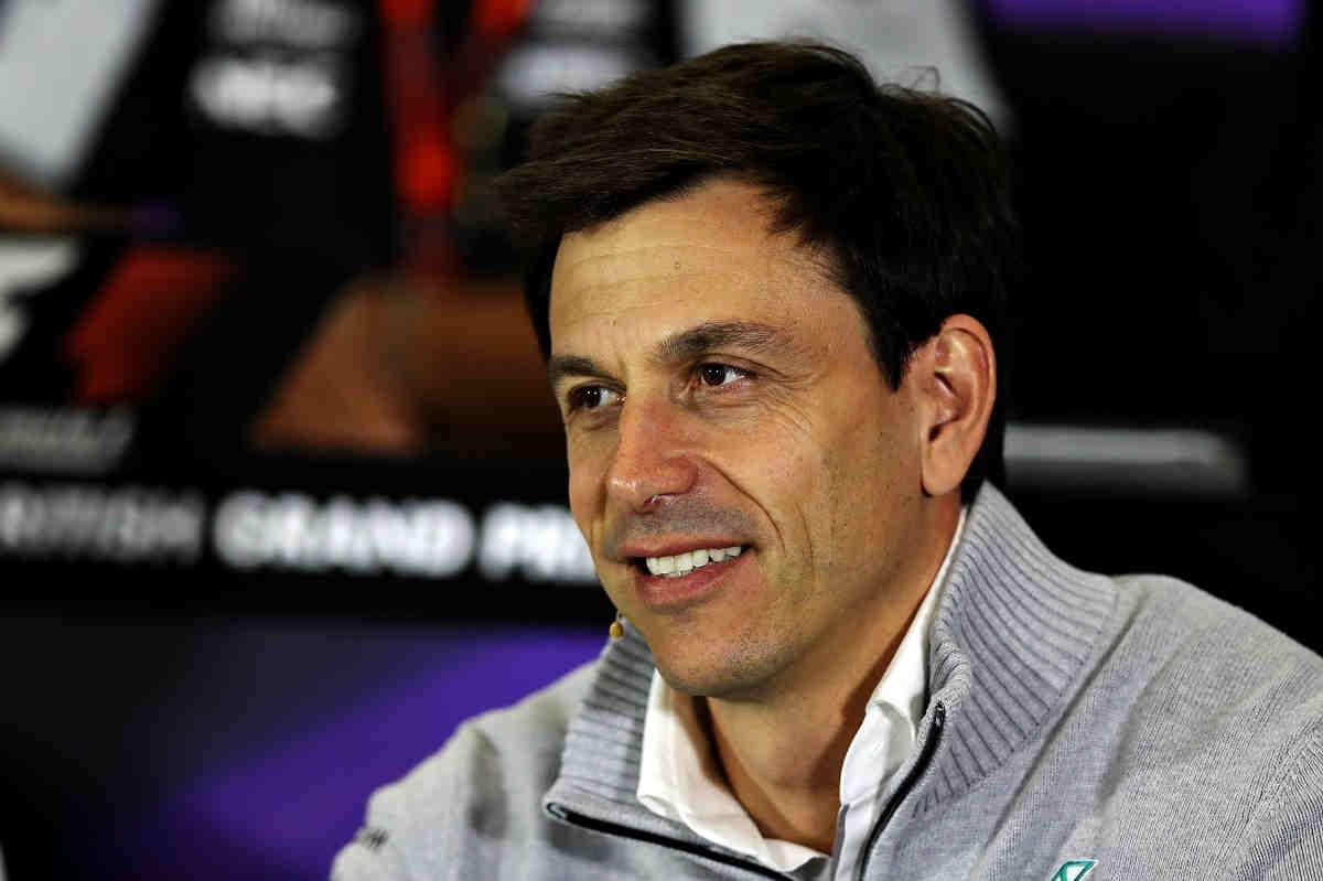 Wolff bromea con la posibilidad de ofrecer el Mercedes a Rossi o Lorenzo