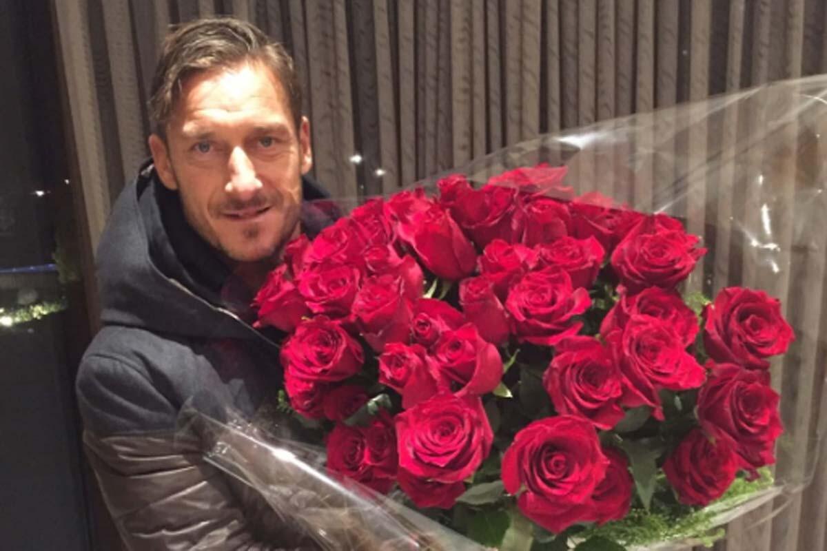 Maradona le envía un ramo de flores a Totti