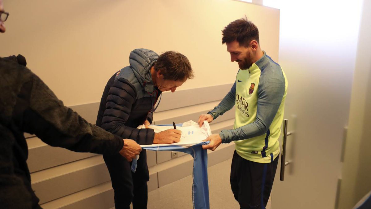 Messi pide un autógrafo a Santi Lange