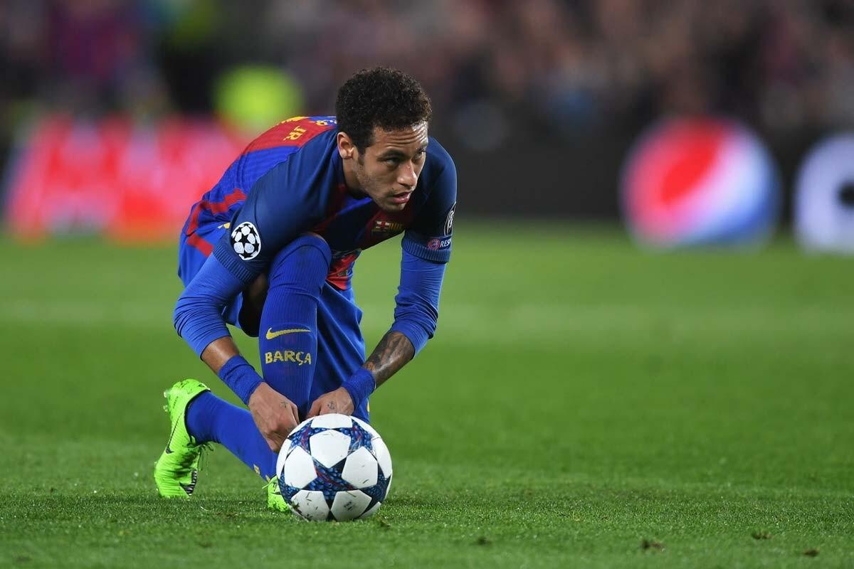 Neymar se ata las botas