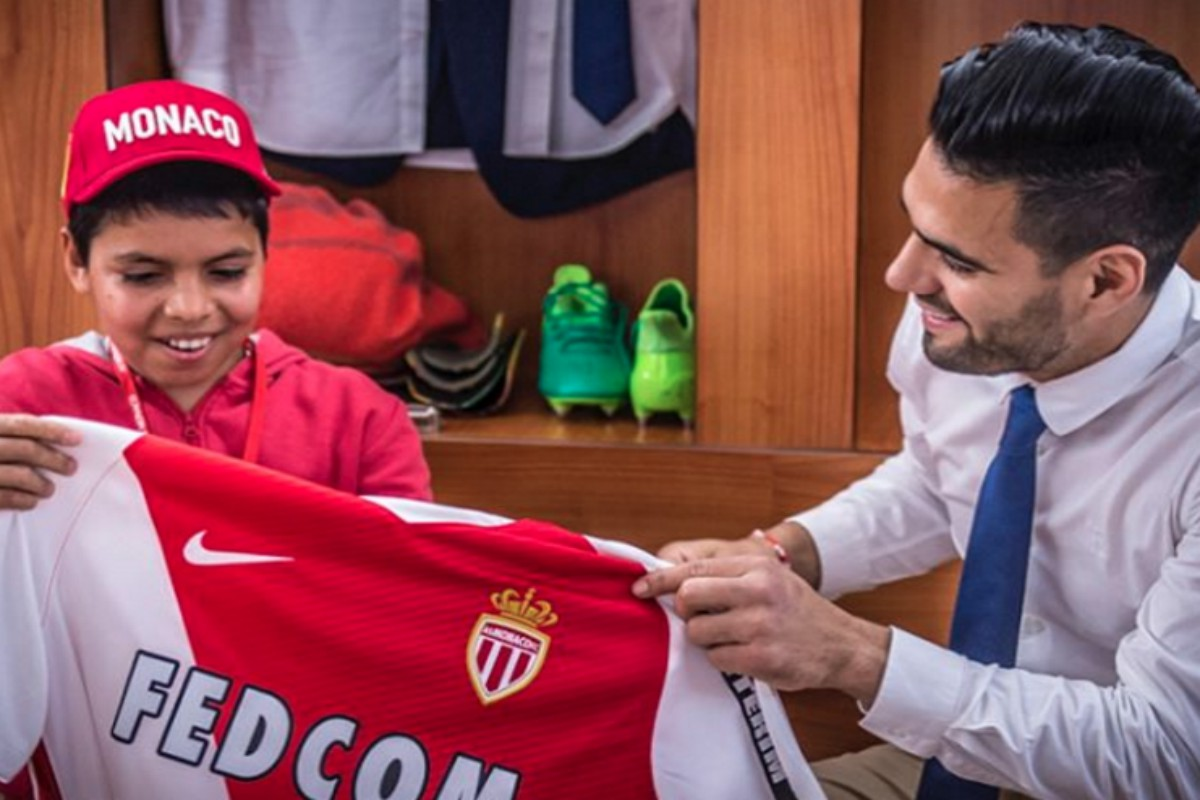 Falcao cumple el sueño de un niño colombiano