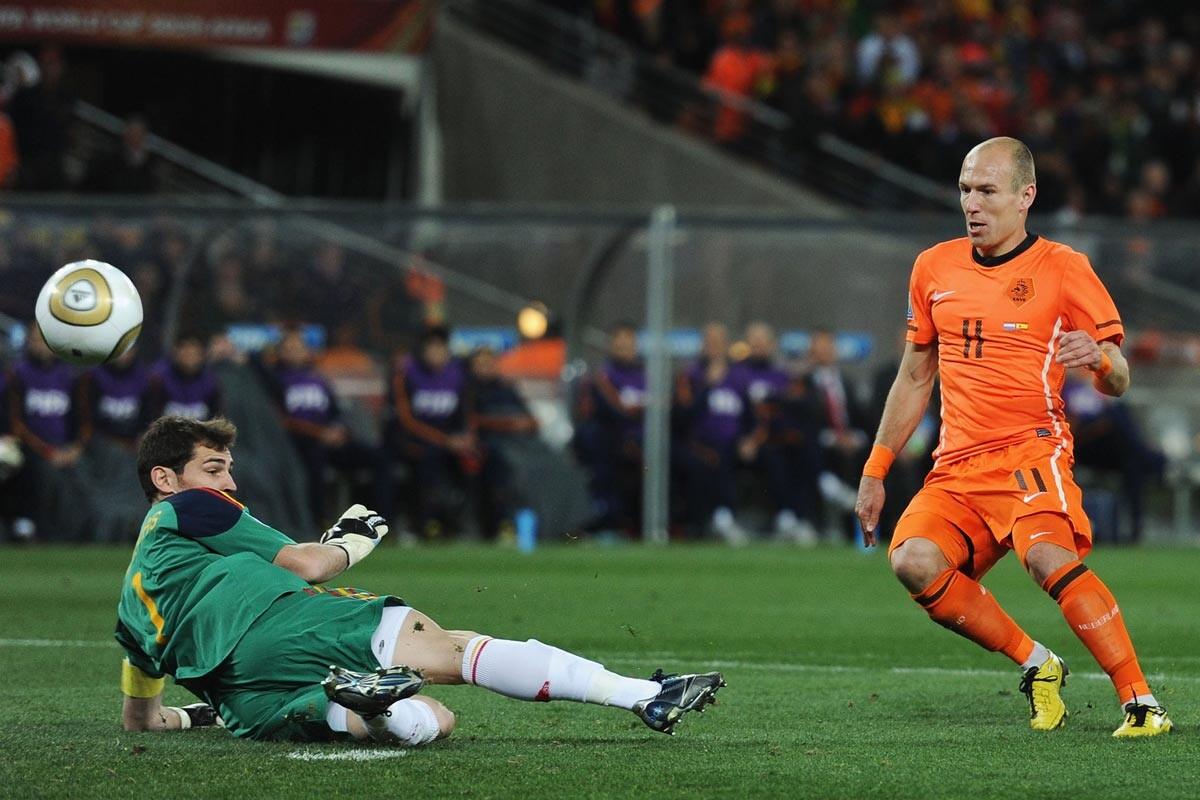 Casillas y Robben en la final del Mundial