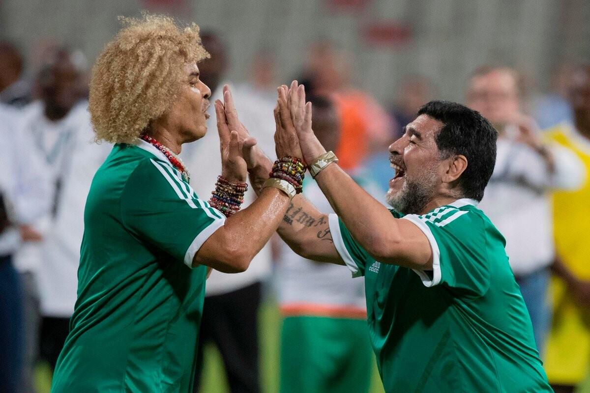 'El Pibe' Valderrama junto con Diego Maradona