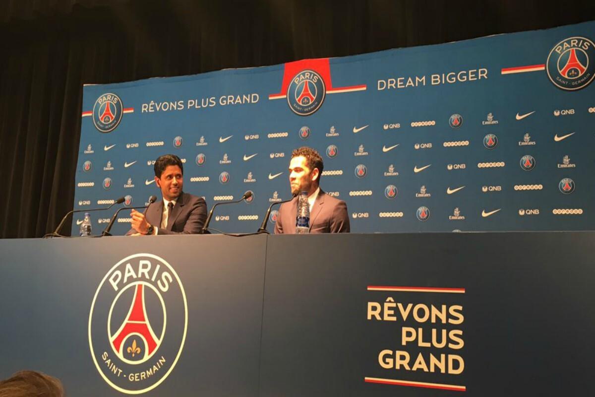 Dani Alves con el PSG en reuda de prensa