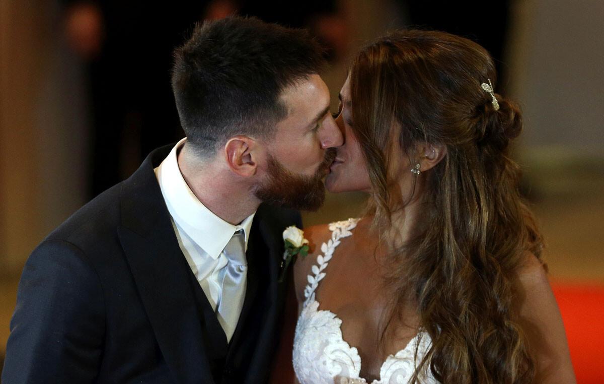 Messi, rodeado de compañeros en su boda