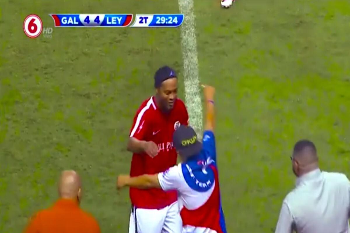 Ronaldinho en Costa Rica abraza a un hincha