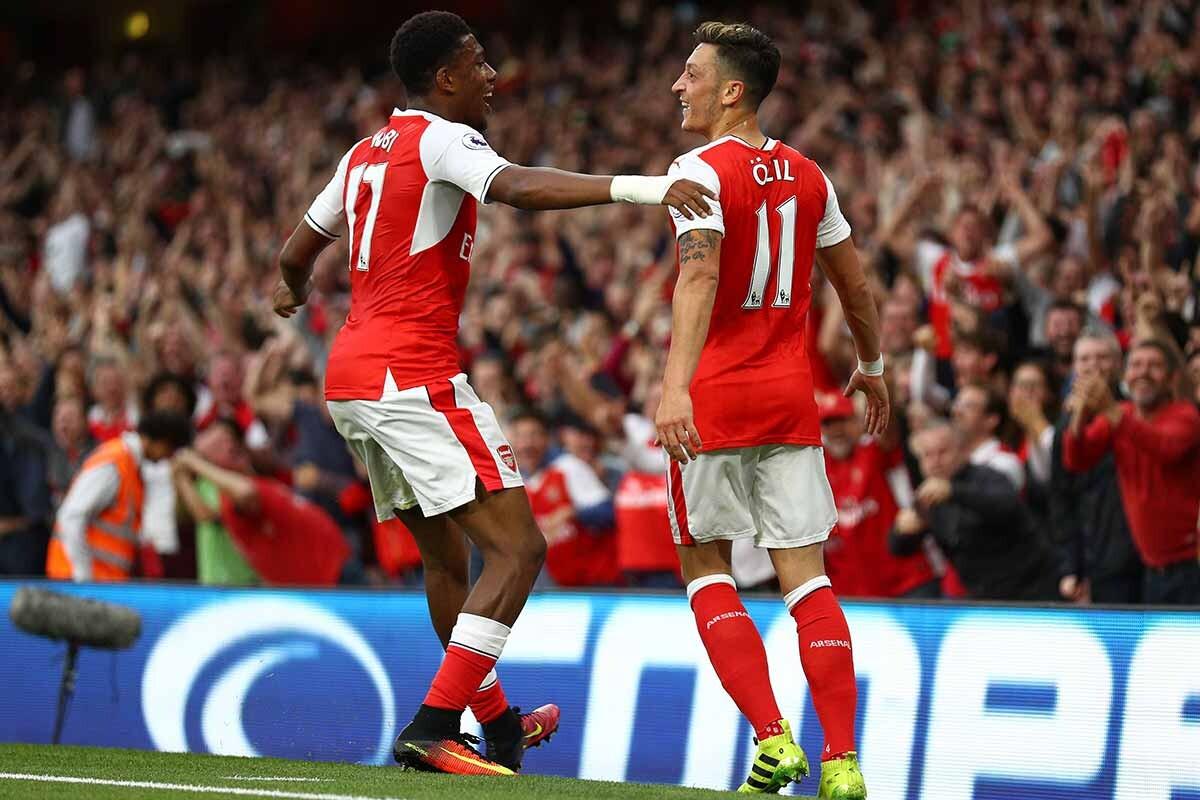 Iwobi y Ozil, del Arsenal
