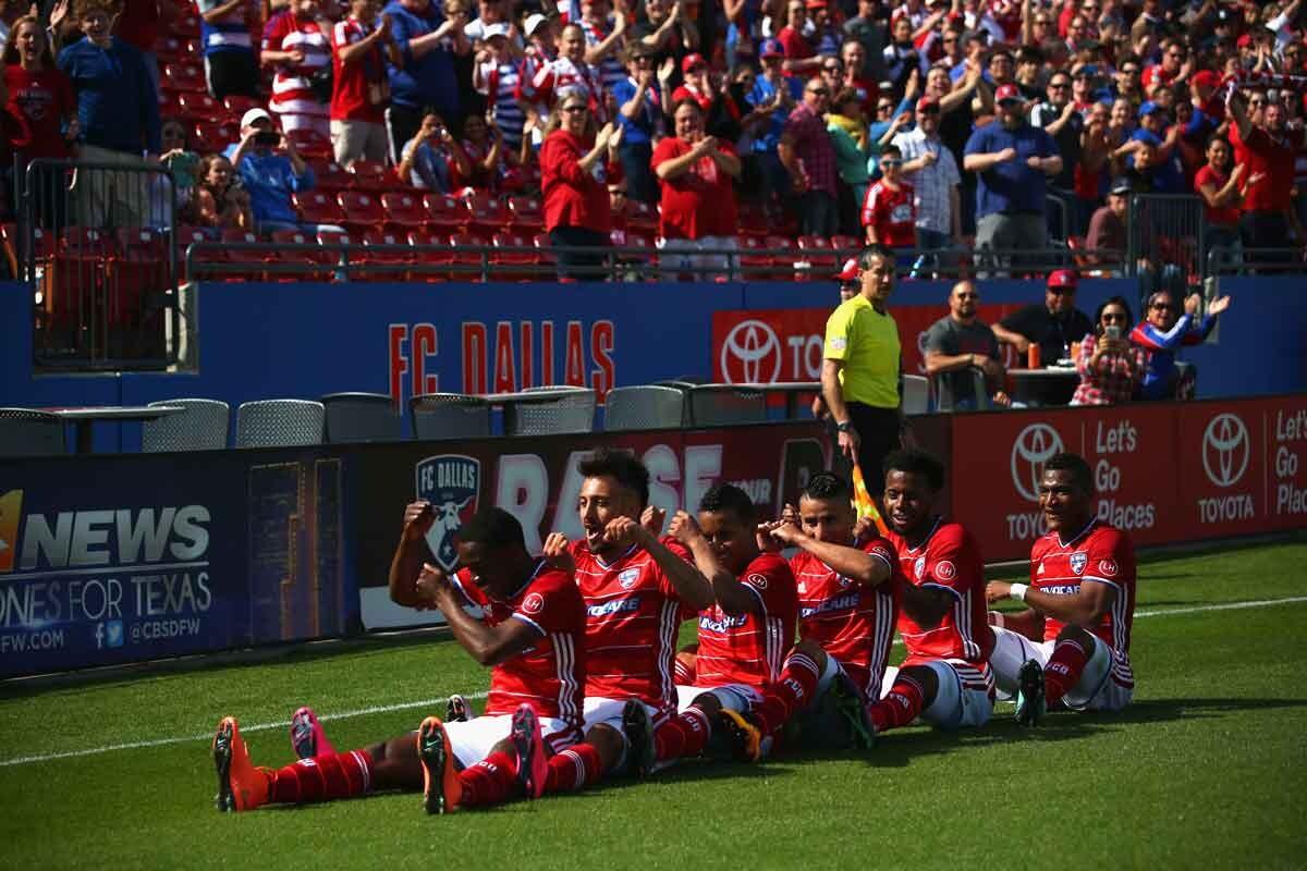 Fabian castillo celebra el gol de su equipo con sus compañero