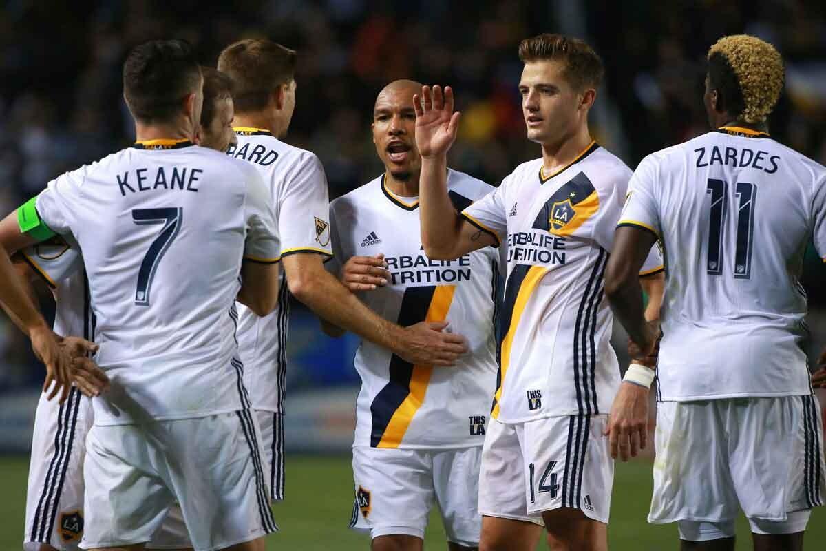 Jugadores de LA Galaxy celbran su octava jornada sin perder en la MLS
