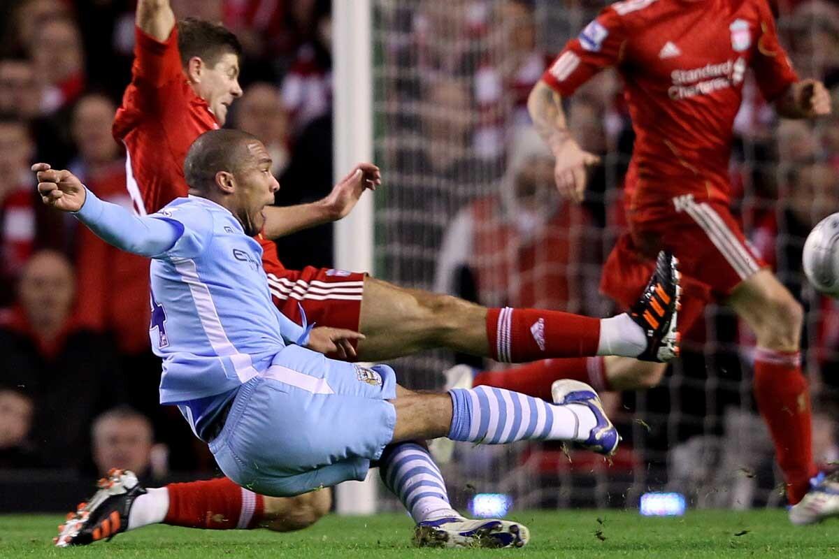 Gerrard y de Jong jugando en la Premier League
