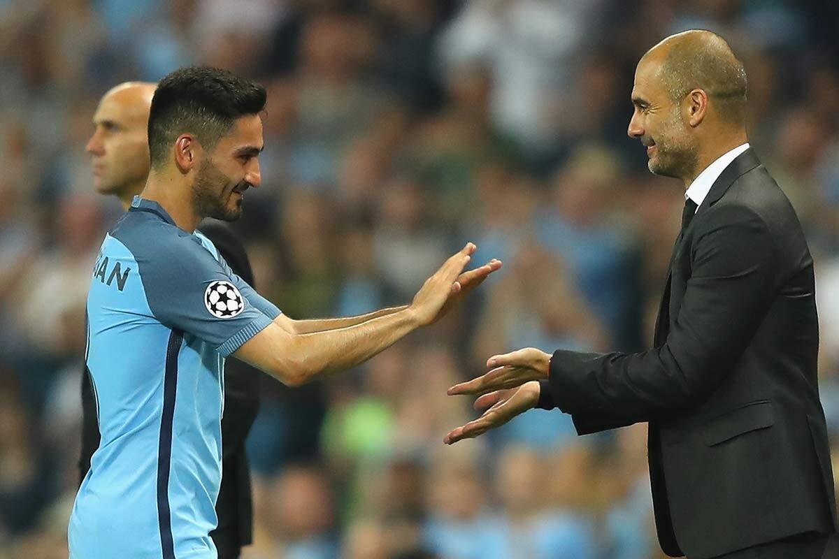 Ilkay Gundogan y Pep Guardiola, del Manchester City