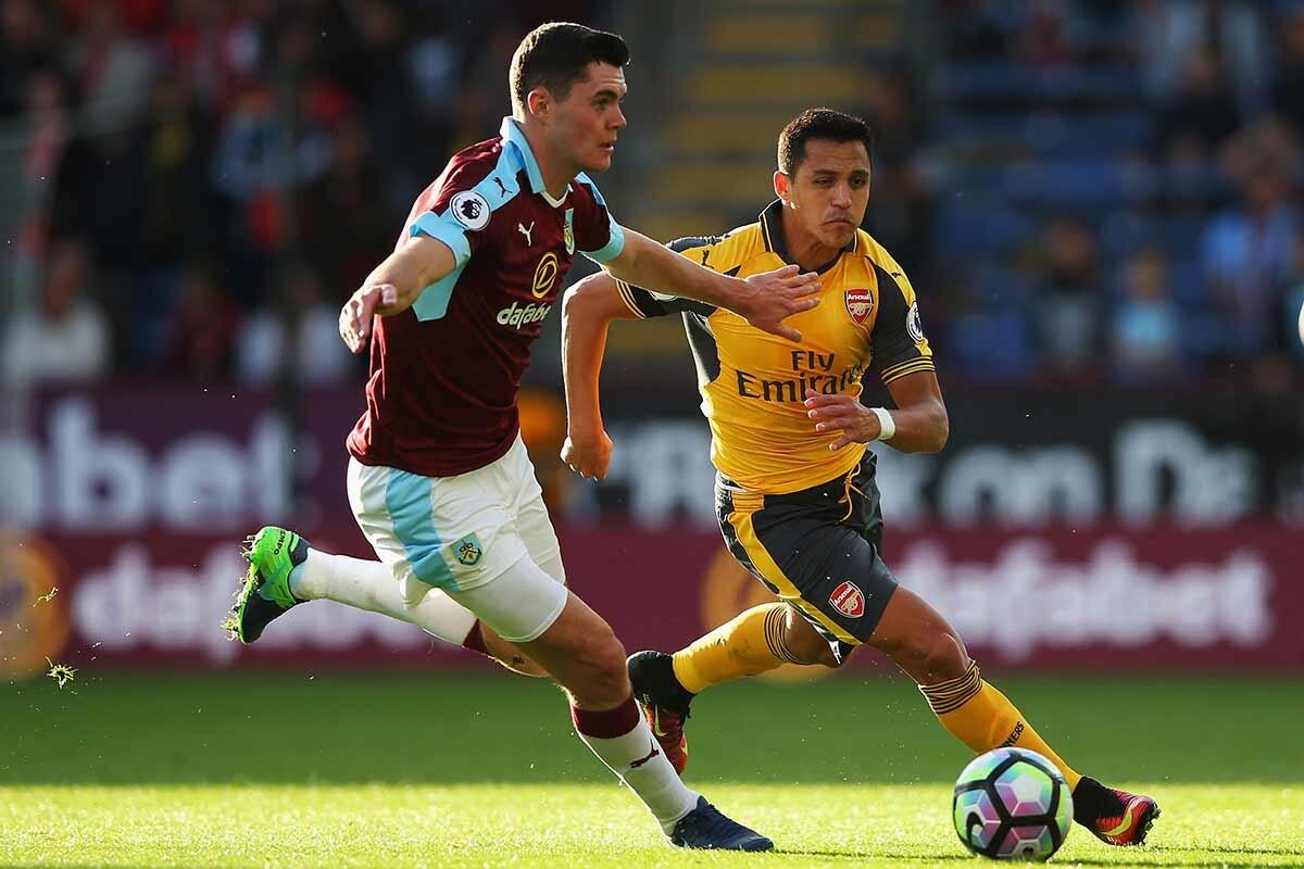 Michael Keane y Alexis Sánchez, Burnley vs Arsenal